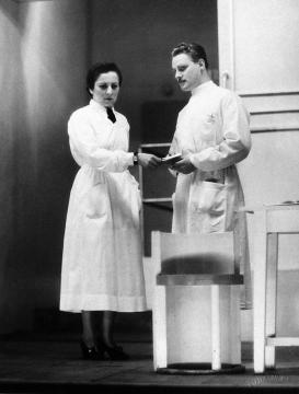 Hilda (Gobbi Hilda) és Jörensen (Ungváry László) a második felvonásban
