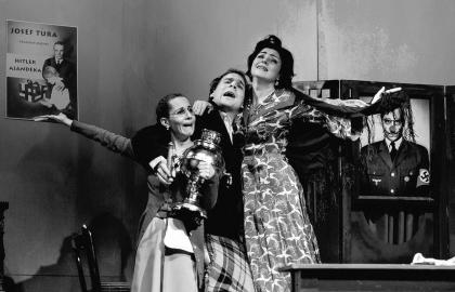 Kuthy Patrícia (Anna), Fellinger Domonkos (Grünberg) és Gosztola Adél (Maria Tura) a Lenni vagy nem lenni című előadásban. Klikkart Photodesign – Vámos Csaba felvétele
