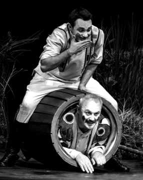 Budai Norbert (Bíró) és Gyuris Tibor (Csalóka Péter) a Weöres-mesejátékban. Kultúr Szalon felvétele