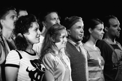 Tűzoltó s katona!: Varga Norbert, Petneházy Attila (hátsó sor), Nyomtató Enikő, Fridrik Noémi, Tóth Károly, Jenei Judit, Varga Balázs (első sor). Kultúr Szalon felvétele
