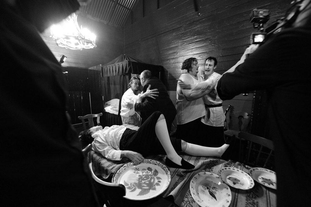 """Volksbühne am Rosa-Luxemburg-Platz, Berlin Aufbau """"Die Brüder Karamasow"""" nach Fjodor Dostojewski, Regie und Textadaption: Frank Castorf, Bühne und Kostüme: Bert Neumann, Wiener Premiere: 9.5..2015, Berliner Premiere: 6.11.2015, v.l.: Sophie Rois (Pawel Fjodorowitsch Smerdjakow),  Alexander Scheer (Iwan Fjodorowitsch Karamasow),  Hendrik Arnst (Fjodor Pawlowitsch Karamasow),  Daniel Zillmann (Alexej Fjodorowitsch Karamasow),  Marc Hosemann (Dmitrij Fjodorowitsch Karamasow),  Copyright (C) Thomas Aurin Gleditschstr. 45, D-10781 Berlin Tel.:+49 (0)30 2175 6205 Mobil.:+49 (0)170 2933679 Veröffentlichung nur gegen Honorar zzgl. 7% MWSt. und Belegexemplar Steuer Nr.: 11/18/213/52812, UID Nr.: DE 170 902 977 Commerzbank, BLZ: 810 80 000, Konto-Nr.: 316 030 000 SWIFT-BIC: DRES DE FF 810, IBAN: DE07 81080000 0316030000"""